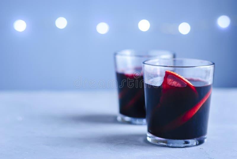 Dos vidrios de vino reflexionado sobre con la fruta cítrica foto de archivo libre de regalías
