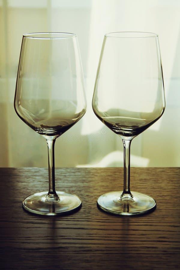 Dos vidrios de vino vacíos foto de archivo