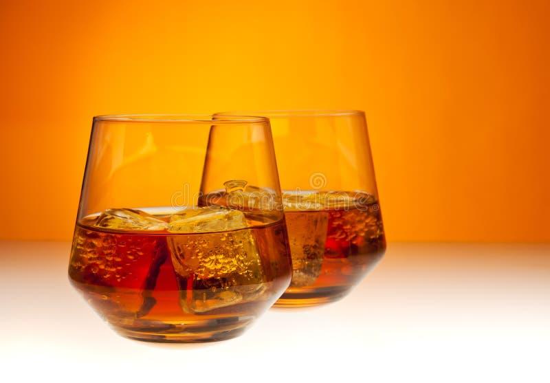 Dos vidrios de whisky imágenes de archivo libres de regalías