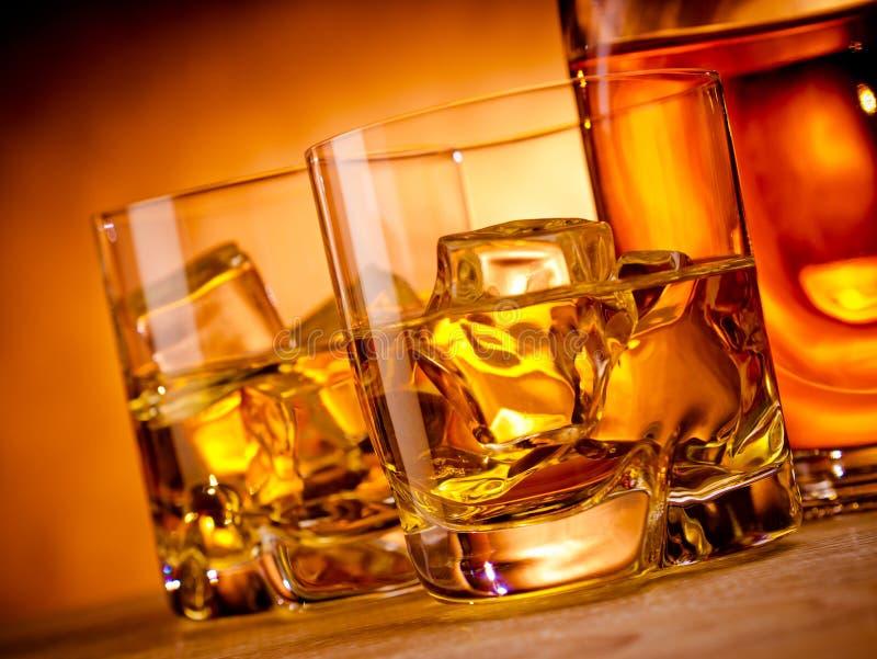 Dos whiskys y una botella fotos de archivo