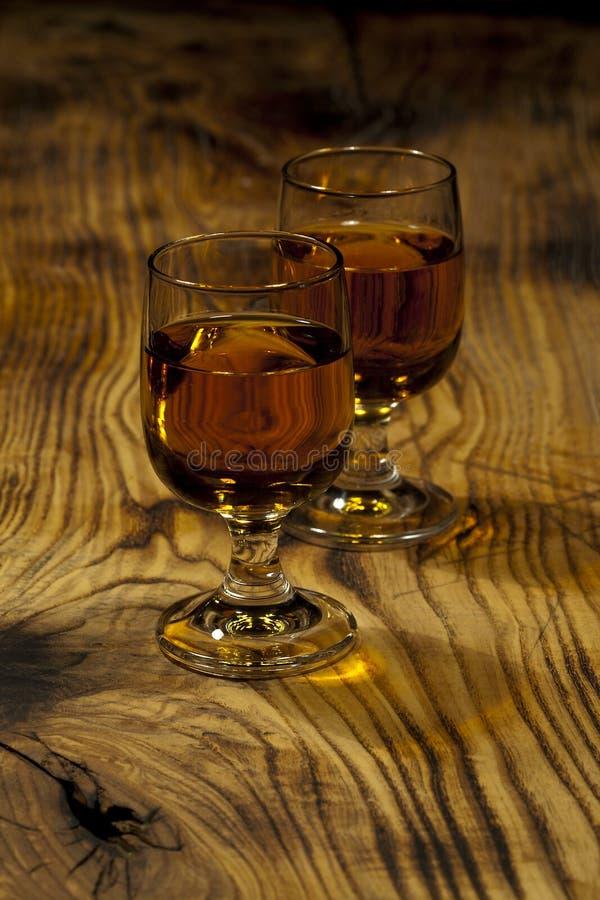 Dos vidrios de whisky escocés imágenes de archivo libres de regalías