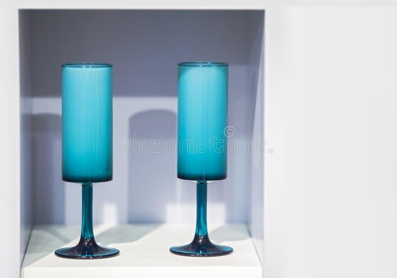 Dos vidrios decorativos modernos de vidrio brillante azul en una cocina blanca fotos de archivo