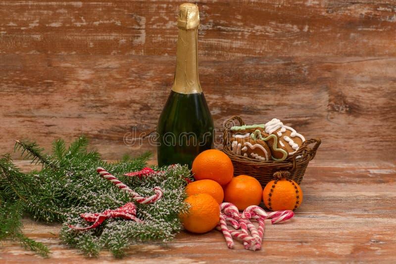 Dos vidrios del champán listos para traer en el Año Nuevo foto de archivo