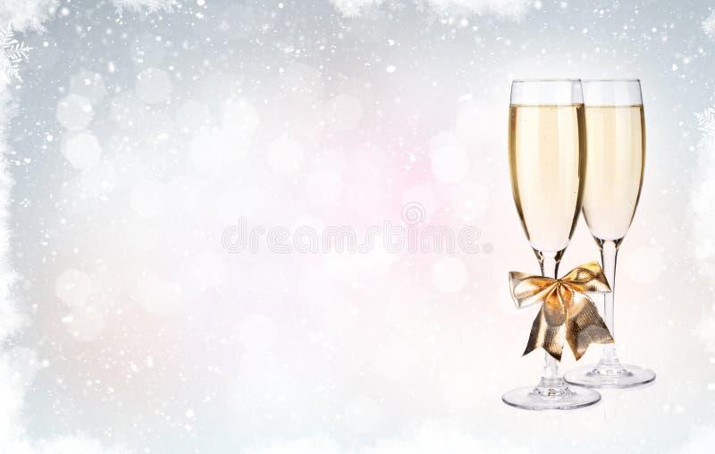 Dos vidrios del champán sobre fondo de la Navidad foto de archivo libre de regalías