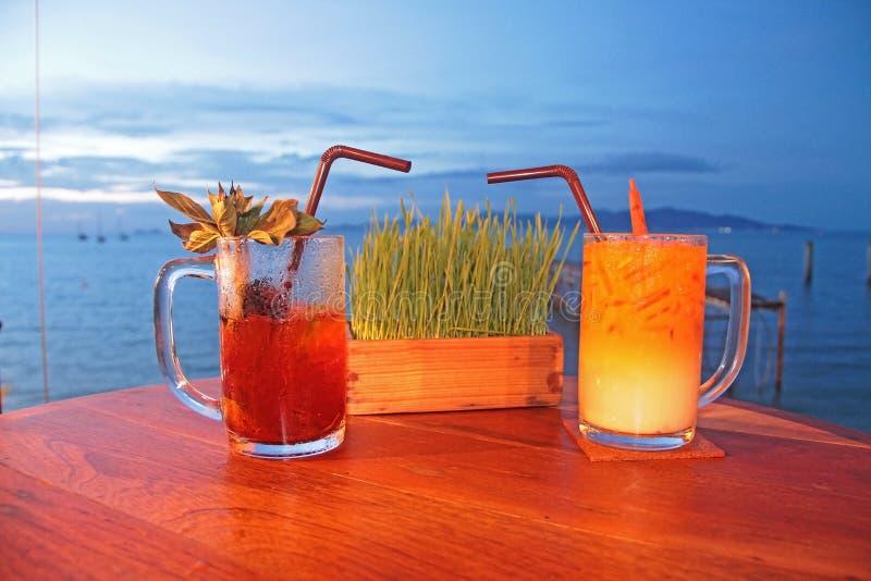 Dos vidrios del refresco en la playa imagen de archivo