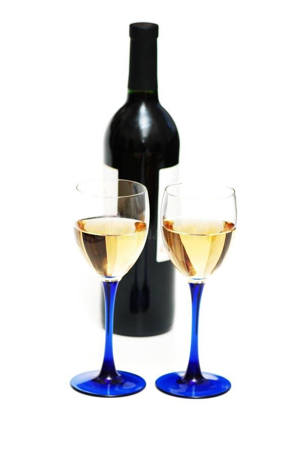 Dos vidrios del vino y de la botella foto de archivo