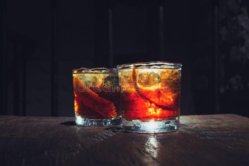 Dos vidrios del whisky con el contraluz C?cteles del alcohol foto de archivo libre de regalías
