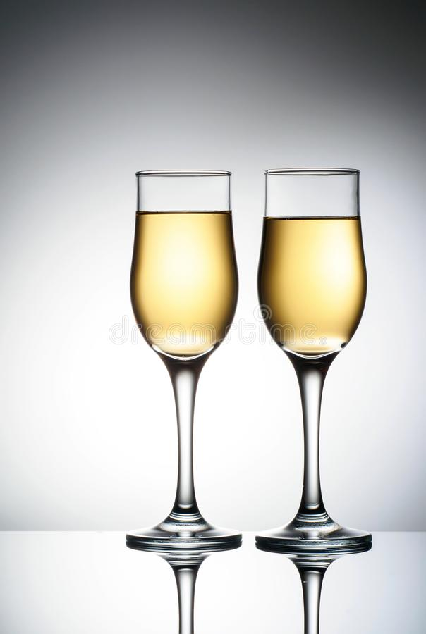 Dos vidrios elegantes con champán chispeante imagenes de archivo