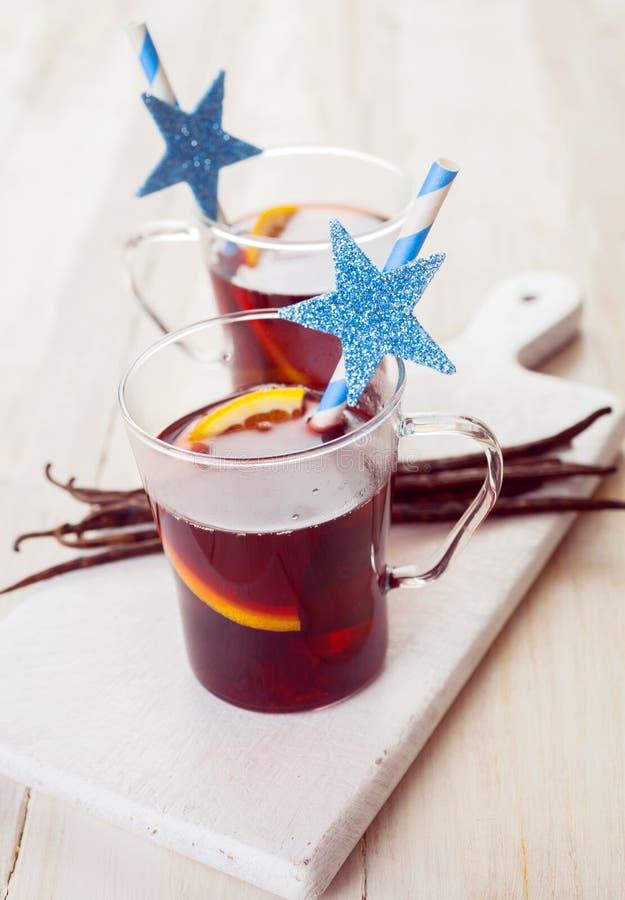 Dos vidrios festivos de vino reflexionado sobre la Navidad imágenes de archivo libres de regalías