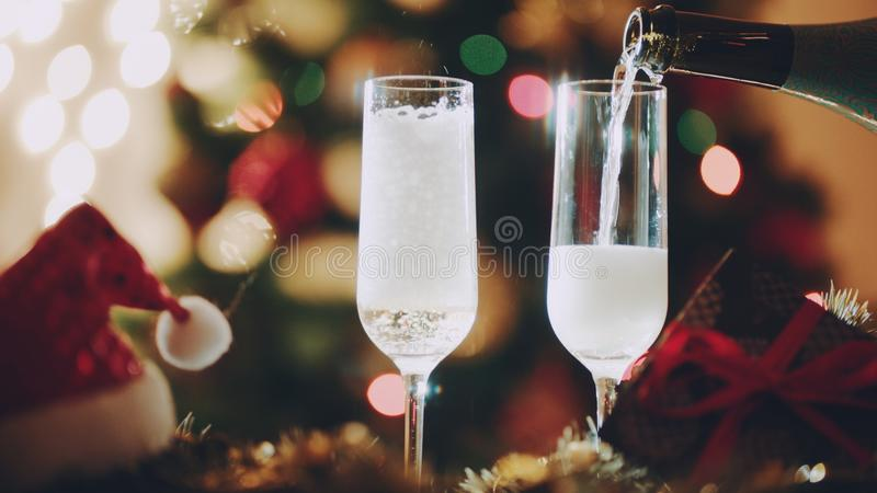 Dos vidrios que llenan de champán el noche de los Años Nuevos foto de archivo