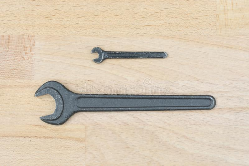 Dos viejas llaves inglesas en una tabla de madera fotos de archivo