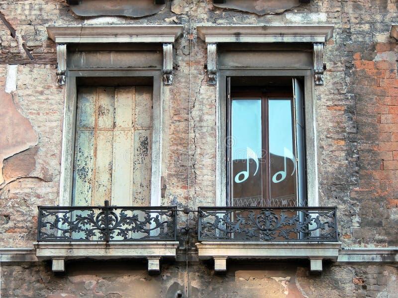 Dos viejo Windows veneciano fotografía de archivo libre de regalías