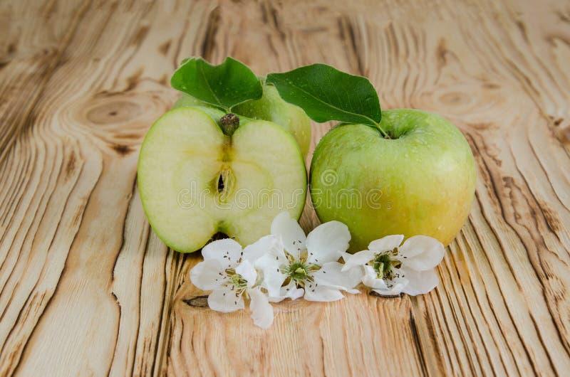 Dos y manzanas de una mitad fotos de archivo