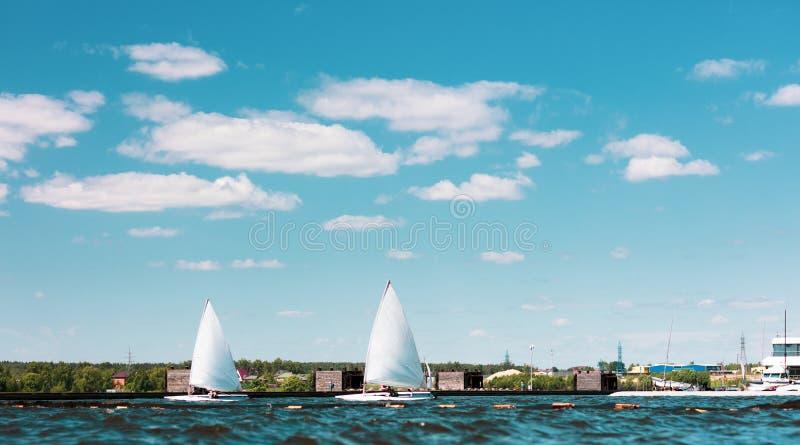 Dos yates navegantes pasan el canal imagen de archivo