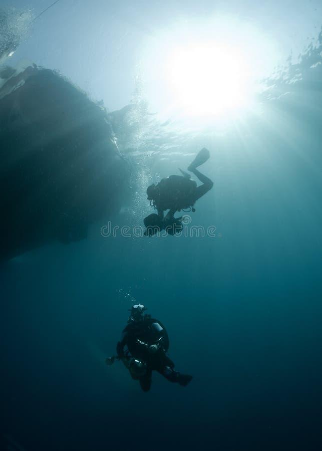 Dos zambullidores de equipo de submarinismo fotos de archivo