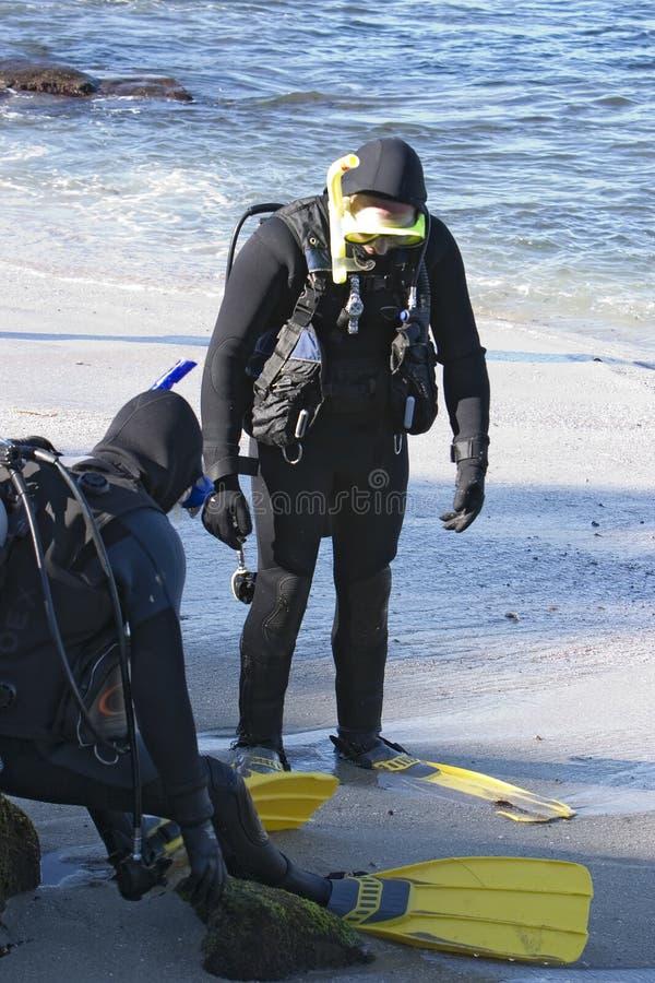 Dos zambullidores de equipo de submarinismo foto de archivo libre de regalías