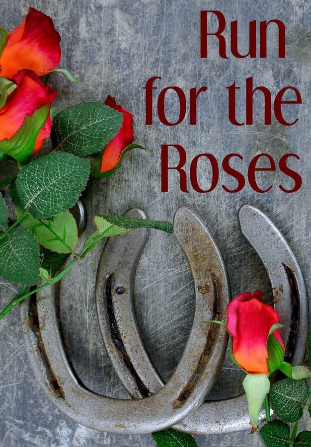 Dos zapatos viejos del caballo emparejados con las rosas rojas de seda en rasguñado encima del fondo de acero fotografía de archivo libre de regalías