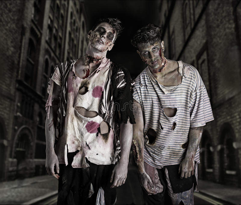Dos zombis masculinos que se colocan en calle vacía de la ciudad fotografía de archivo libre de regalías
