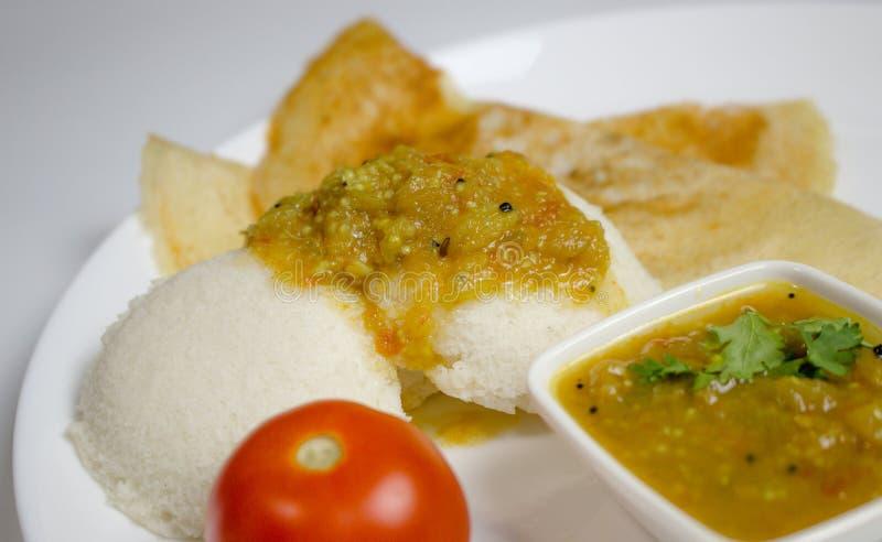 Dosa, idli met sambar en dal op witte achtergrond voor Indisch diner of ontbijt stock foto