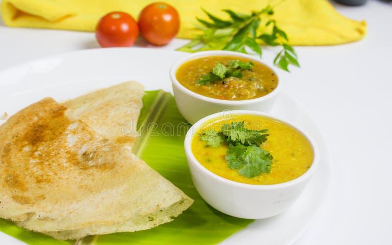 Dosa z sambar i dal w białym tle dla indyjskiego gościa restauracji lub śniadania obrazy stock