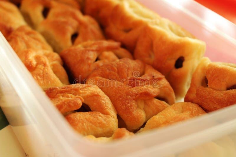 Dose complètement de gâteaux aux pommes faits maison savoureux image libre de droits