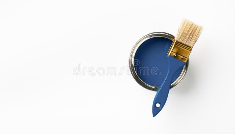 Dose von klassisch blauen Farben und Pinsel auf weißem Hintergrund Trendfarbenkonzept Oberansicht stockbild