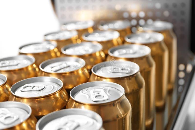 Dosen Bier in der Brauerei stockfotos