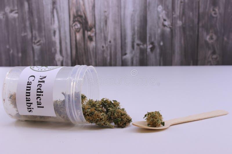 Dosering av medicinsk marijuana arkivbild