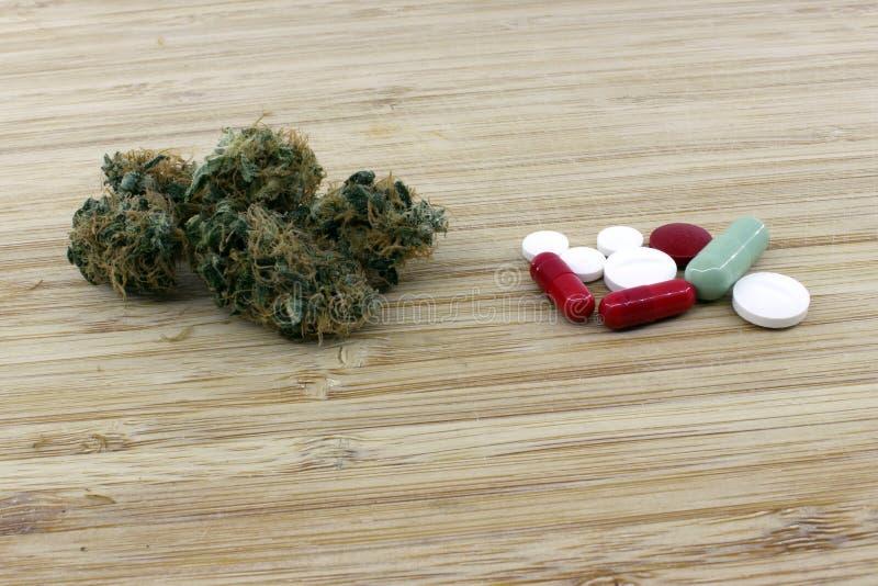 Dosering av medicinska marijuanapiller royaltyfria bilder