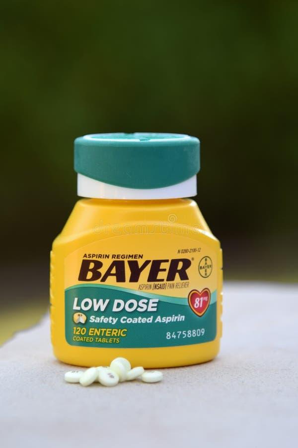 Dosis baja aspirin de Bayer imagenes de archivo