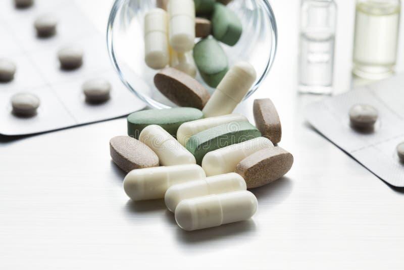 Dosis von Medizin - verschiedene medizinische Tabletten und Kapseln stockbild