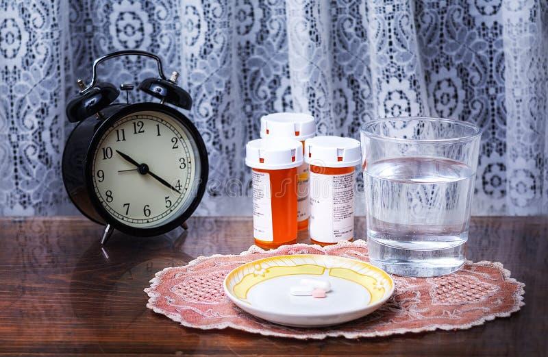 Dosis von Pillen ausgebreitet für Schlafenszeit stockfotos