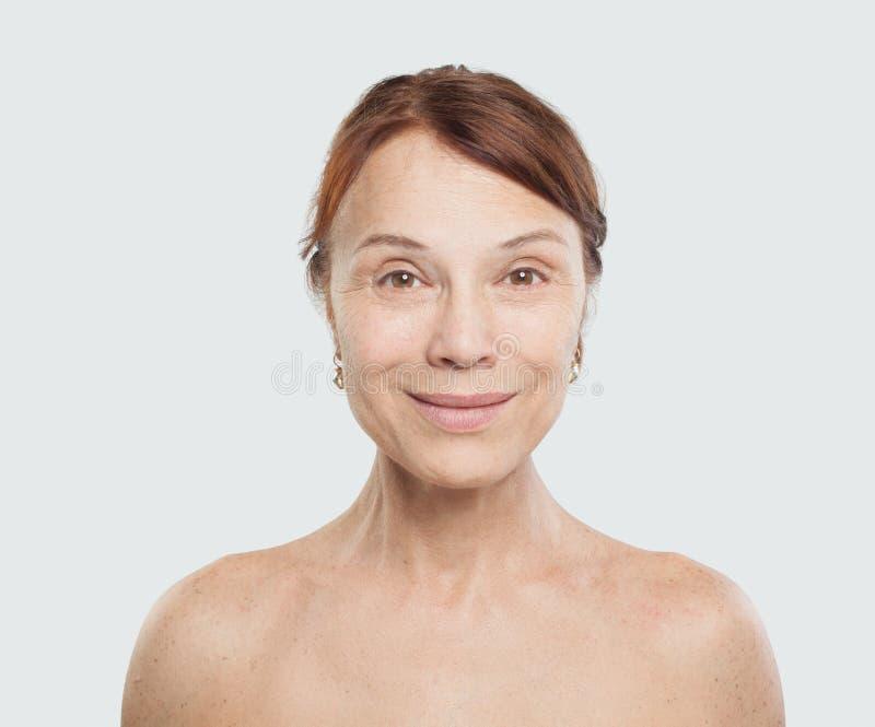 Doskonalić dojrzały kobiety ono uśmiecha się Twarzowy traktowanie, kosmetologia obraz stock