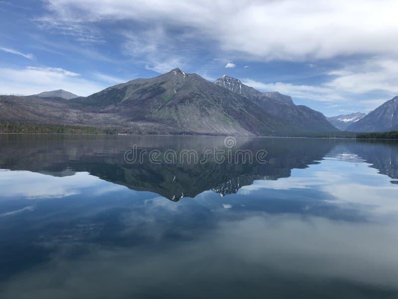 Doskonalić halny odbicie w wciąż wodnym Jeziorny Macdonald w lodowa parku narodowym zdjęcie royalty free