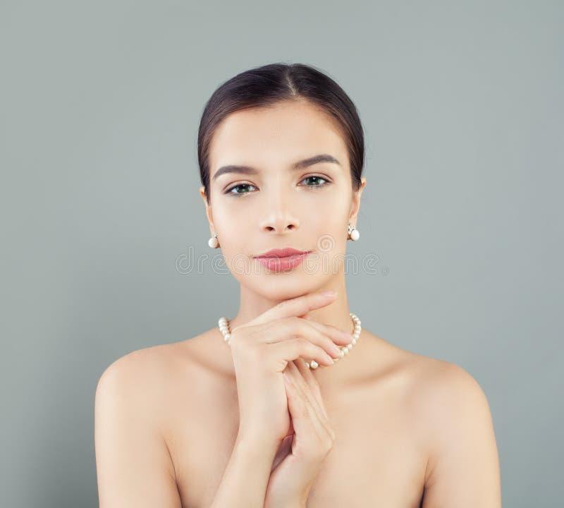 Doskonalić kobieta model z zdrową skórą w perłach kolia i kolczyki obrazy royalty free