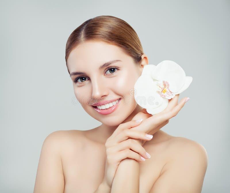 Doskonalić kobieta zdroju model z pięknym skóry i białego kwiatem zdjęcie royalty free