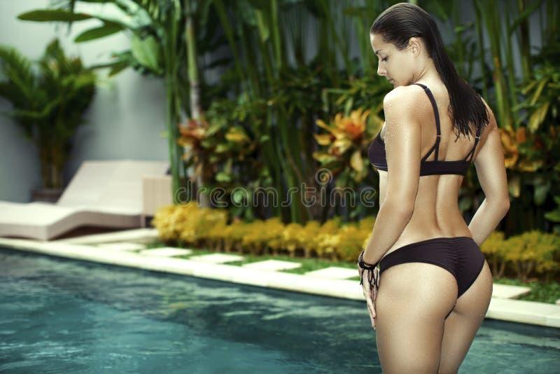 Doskonalić kształt i garbnikuje pośladki z swimsuit zdjęcie stock