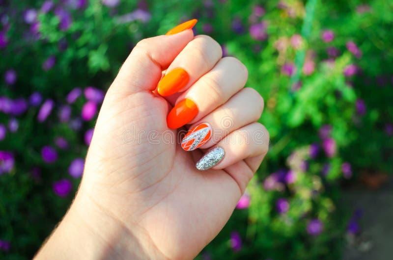 Doskonalić manicure i naturalnych gwoździe Atrakcyjny nowożytny gwóźdź sztuki projekt pomarańczowy jesień projekt dłudzy przygoto zdjęcia royalty free
