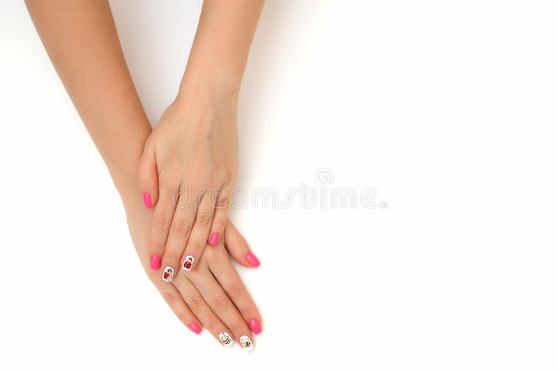 Doskonalić manicure'u gel sztuki połysku mody projekta ręki kobiety czysty zbliżenie na białym odosobnionym tle zdjęcia stock