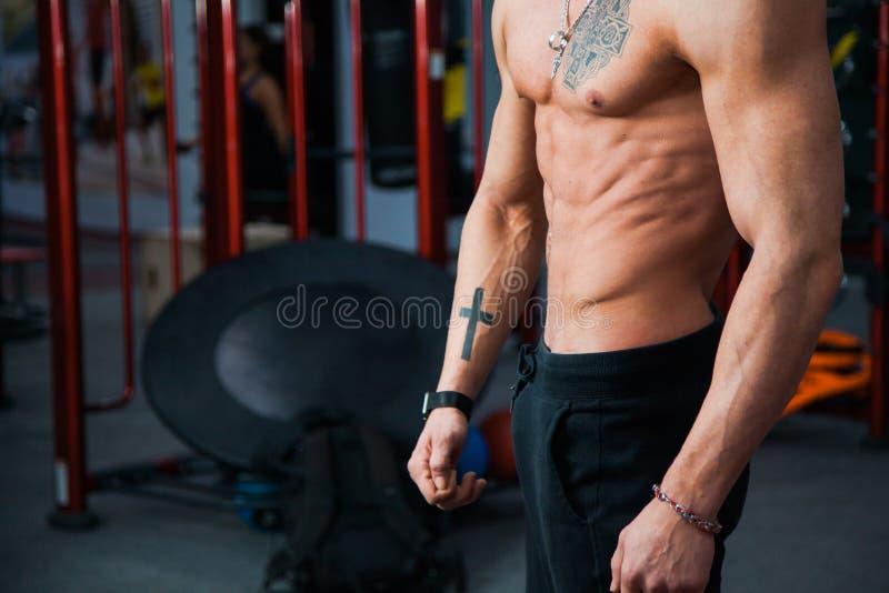 Doskonalić mięśniową męską nagą półpostać przy gym sprawności fizycznej klubem obraz stock