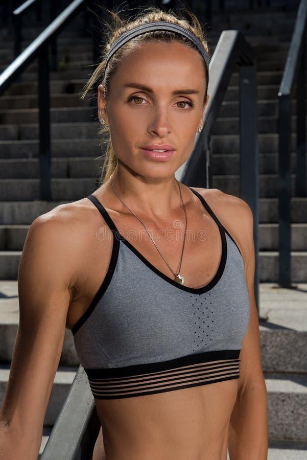 Doskonalić plenerowego żeńskiego sprawności fizycznej trPortrait młody i piękny żeński sprawności fizycznej szkolenie Sport motai obrazy stock