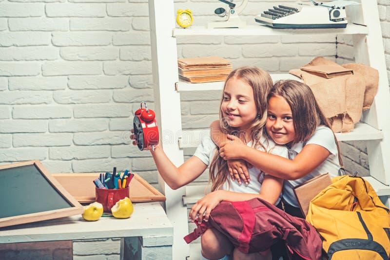 Doskonalić ranek z dwa uroczymi dzieciakami doskonalić ranek małe dziewczynki gotowe iść szkoła obraz royalty free
