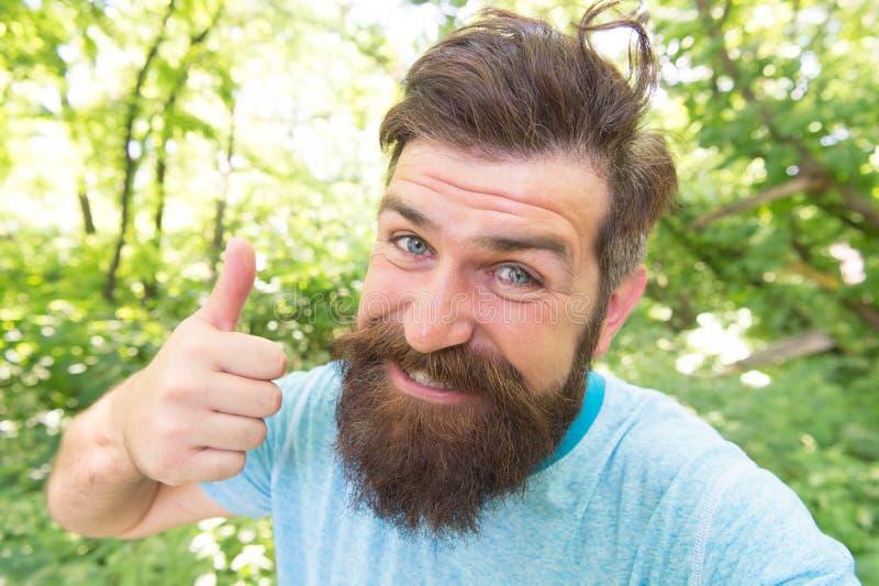 Doskonalić włosiana długość dla jego twarz kształta Szczęśliwy mężczyzna z projektującym włosy daje jak ręka Kosmaty facet z eleg zdjęcie stock
