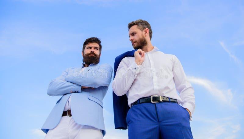 Doskonalić w każdy szczególe Biznesowi mężczyzna stoją z powrotem popierać niebieskiego nieba tło Nieskazitelnie pojawienie uleps fotografia stock