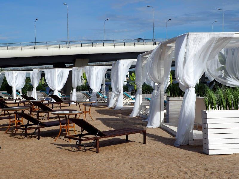 Dossel branco na praia imagem de stock royalty free