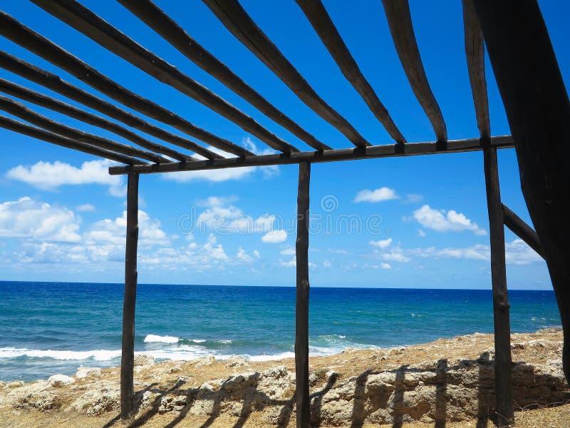 Dossel de madeira velho na costa de mar e no céu azul imagens de stock royalty free