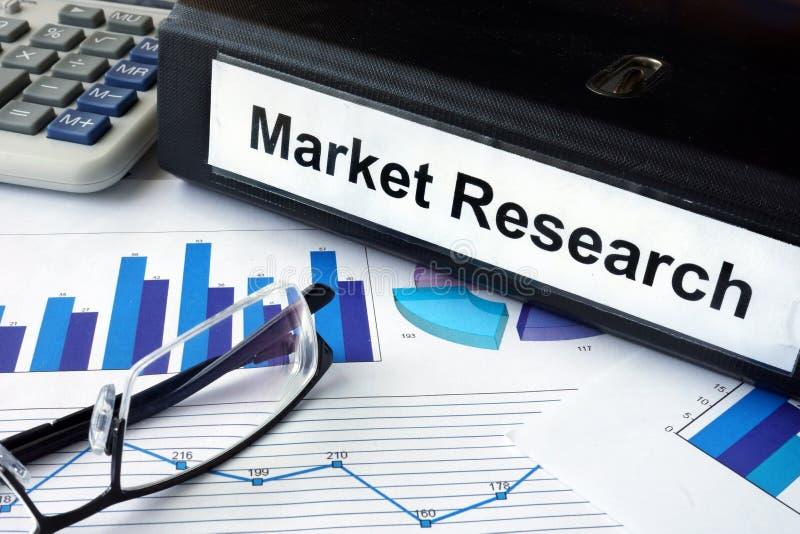 Dossier avec la recherche de marché de mots et les graphiques financiers photographie stock libre de droits