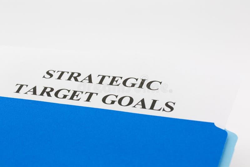Dossier bleu avec le rapport de buts de cible stratégique photographie stock