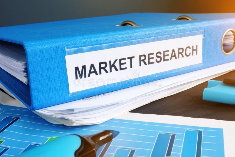 Dossier bleu avec une recherche de marché de label photographie stock