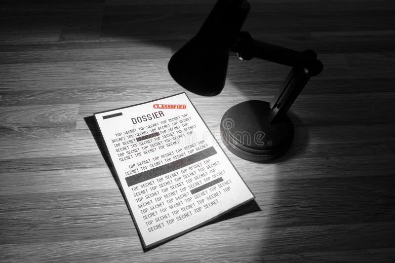 Dossier classificato con le redazioni in un riflettore - in bianco e nero immagine stock